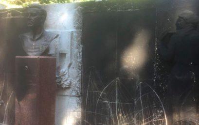 Вандалы сожгли мемориал в Дедовске