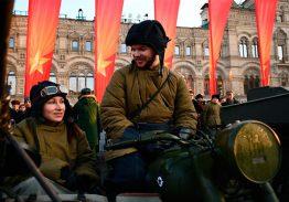 Торжественный марш в честь легендарного парада на Красной площади